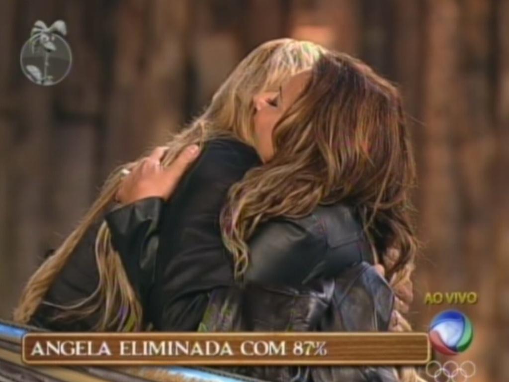 Ângela Bismarchi abraça Viviane Araújo ao ser eliminada de