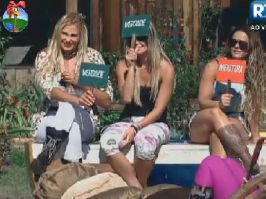 Ângela Bismarchi, Robertha Portella e Viviane Araújo levantam placas durante jogo (19/7/12)