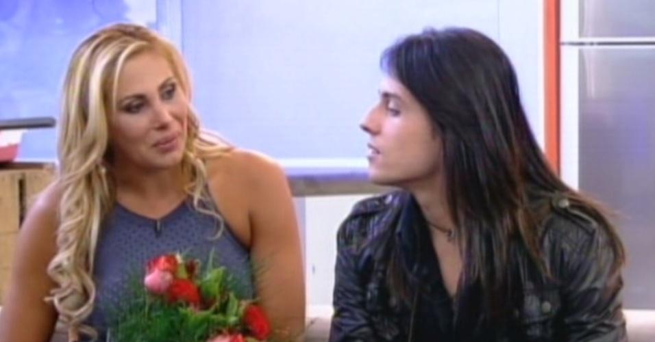 Ângela Bismarchi encontra o filho Igor no programa (20/7/12)