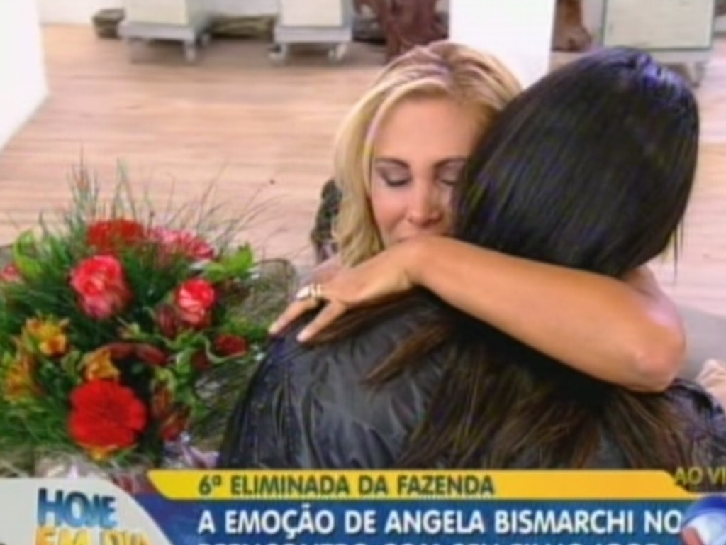Ângela Bismarchi recebe abraços e flores do filho, Igor (20/7/12)