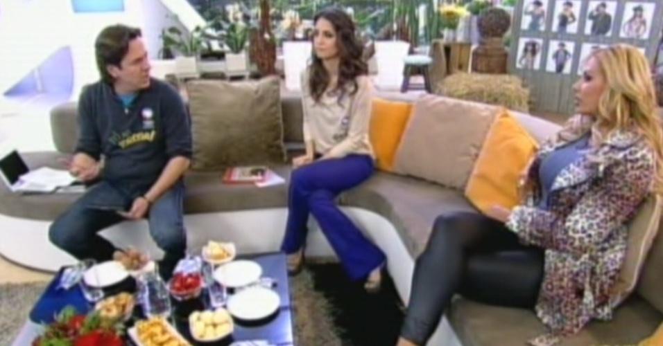 Ângela Bismarchi senta com os apresnetadors Chris Flores e Celso Zucatelli (20/7/12)