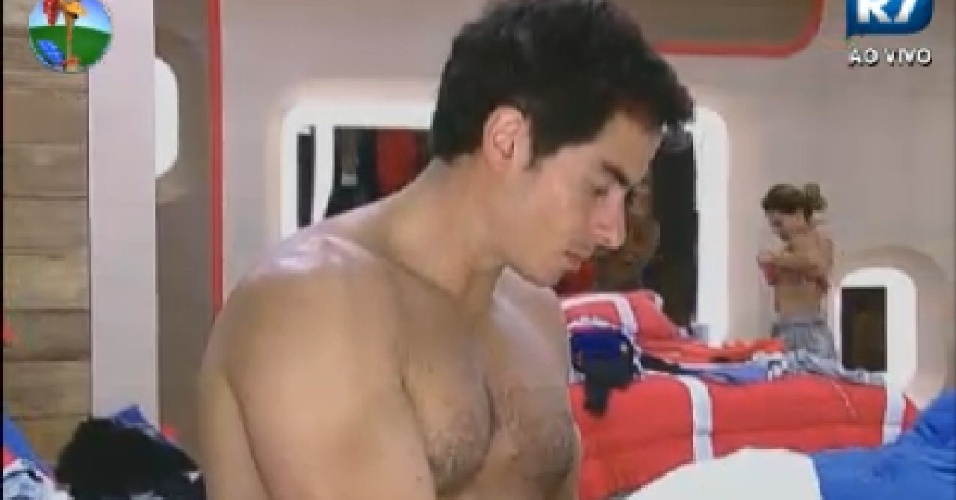 Felipe Folgosi troca de roupa no quarto (20/7/12)