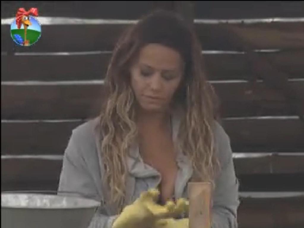 Viviane Araújo se prepara para limpar a baia dos porcos (20/7/12)