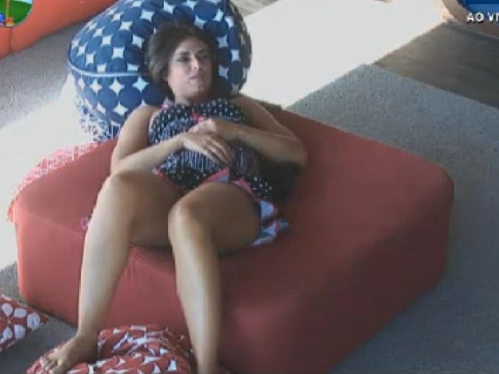 Nicole Bahls descansa na varanda (21/7/12)