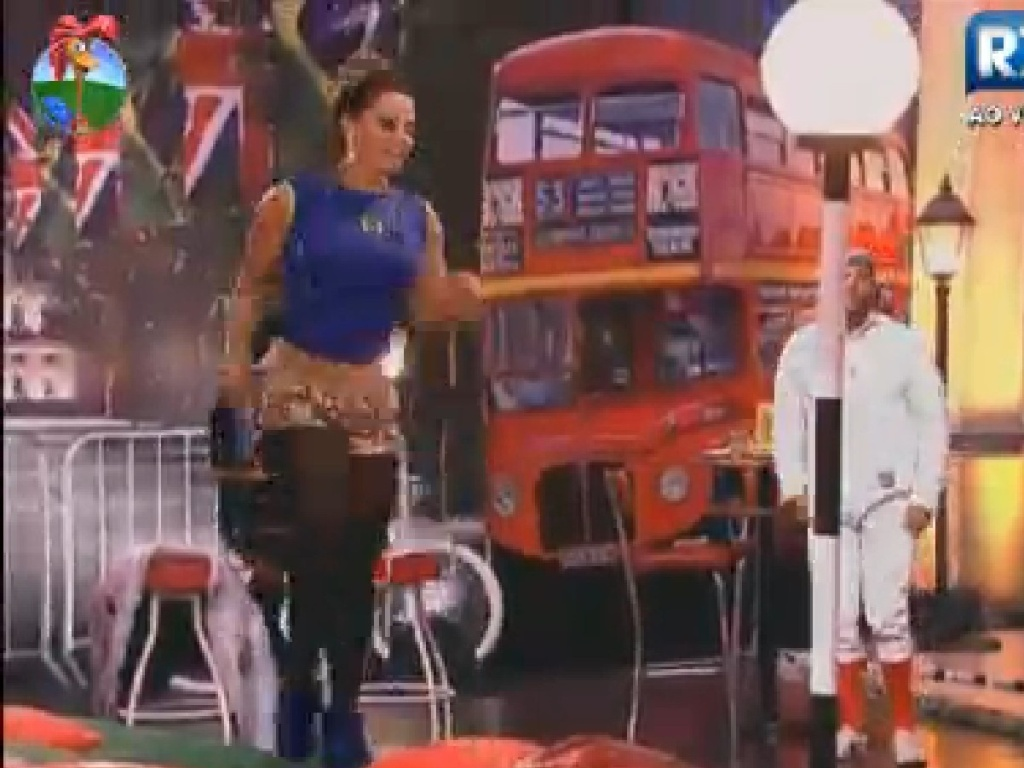Viviane Araújo dança em cima de tablado na festa desta sexta-feira (20)