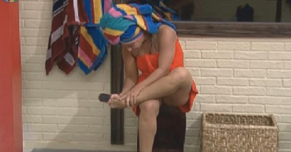 Viviane Araújo lixa o pé no banheiro (21/7/12)