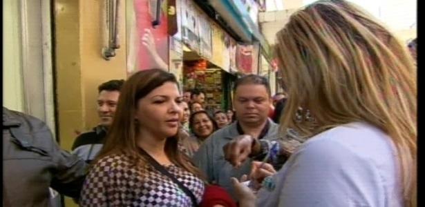 Ângela Bismarchi anda pelas rua 25 de março e fala com pessoas sobe sua participação em
