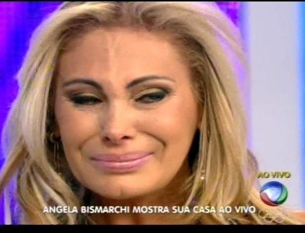 Ângela Bismarchi chora ao ver imagens de sua casa no