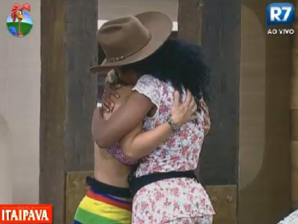 Robertha Portella abraça e parabeniza Viviane Araújo depois da prova da chave (22/7/12)