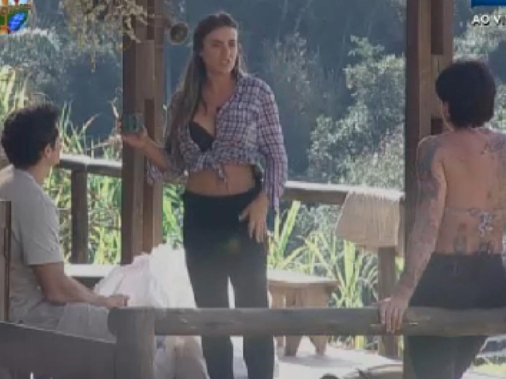 Nicole Bahls conversa com Felipe e Penélope no celeiro (24/7/12)