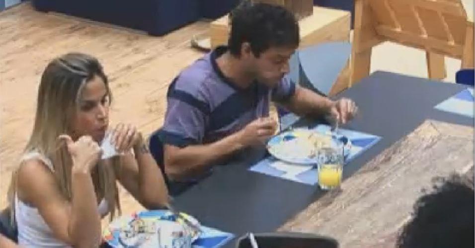 Robertha Portella e Vavá conversam sobre vegetarianismo na hora do almoço (25/7/12)