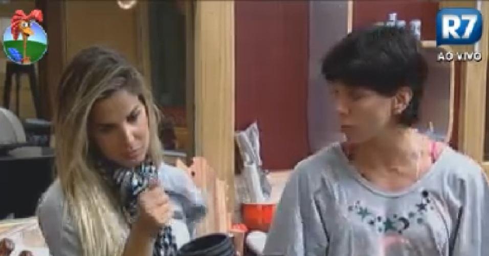 Robertha Portella ouve conselhos de Penélope Nova sobre briga com Diego Pombo (25/7/12)