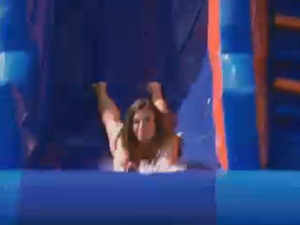 Nicole Bahls desce no escorregador (27/7/12)
