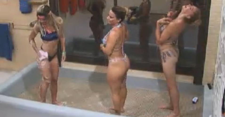 Robertha Portella, Viviane Araújoe Léo Áquilla tomam banho depois da festa (27/7/12)