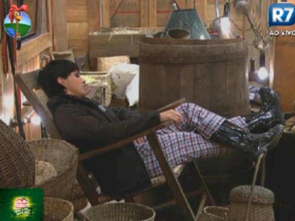 Penélope Nova descansa em uma cadeira de balanço no celeiro (30/7/12)