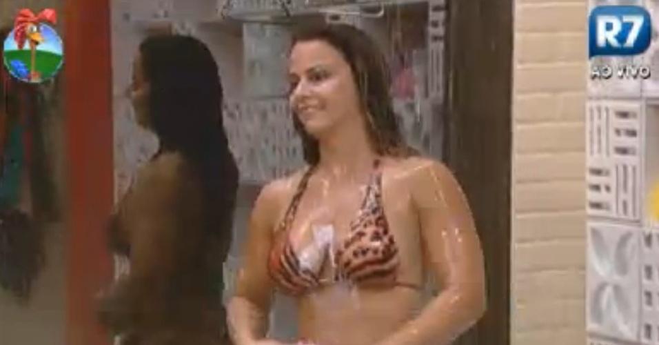 Viviane Araújo toma banho com biquíni estampado de oncinha (30/7/12)