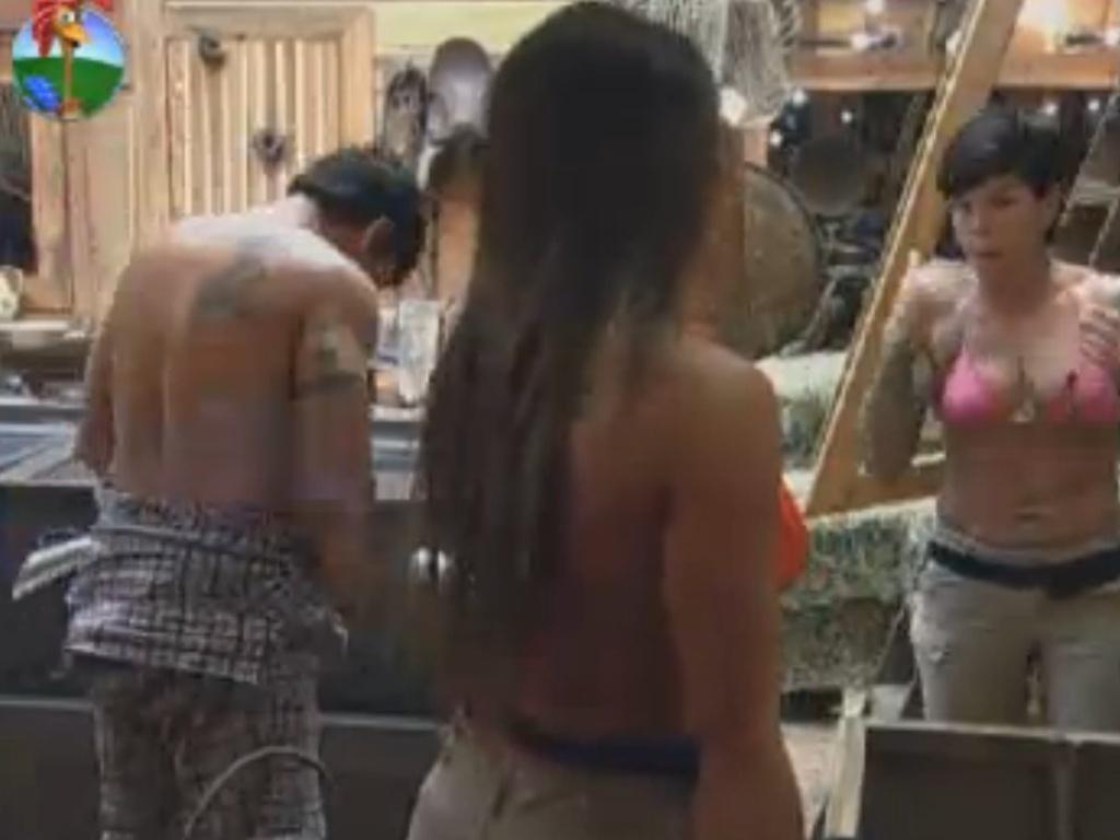 Penélope Nova detona Felipe Folgosi para Nicole Bahls (costas) enquanto Vavá se troca (31/7/12)