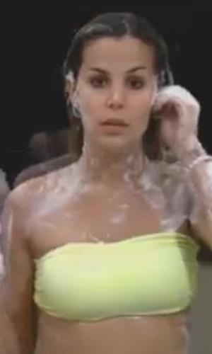 Robertha Portella toma banho na sede (31/7/12)
