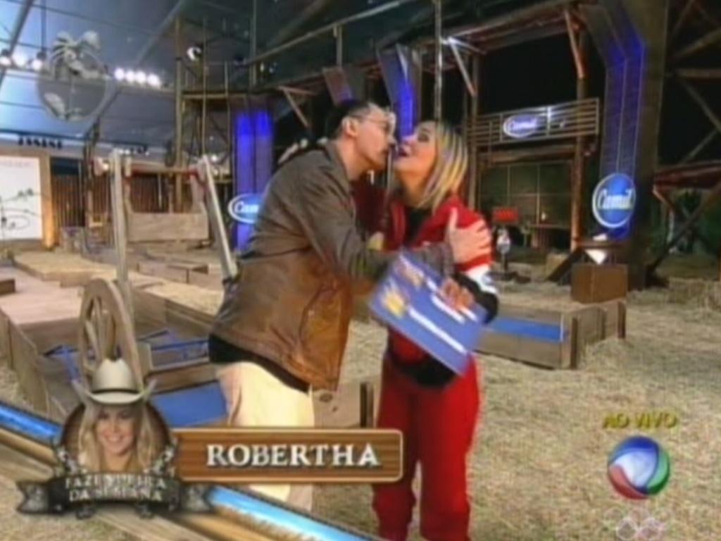 Britto Jr. parabeniza Robertha Portella depois da vitória da bailarina na prova do fazendeiro (1/8/12)