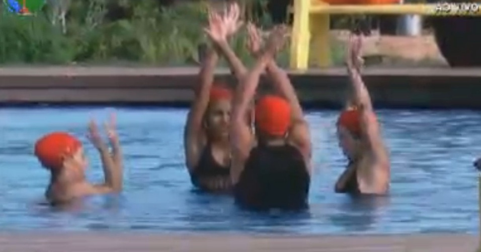 Equipe vermelha faz passos de nado sincronizado em