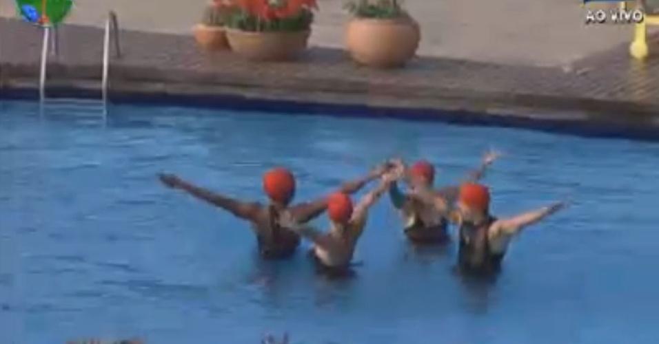 Vavá, Simone Sampaio, Viviane Araújo e Penélope Nova fazem coreografia de nado sincronizado na piscina de