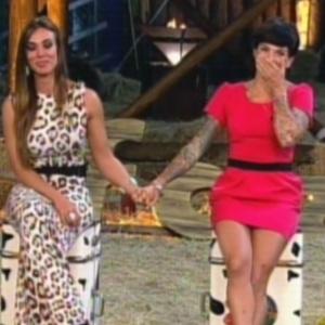 """Nicole Bahls (esq.) e Penélope Nova (dir.) aguardam resultado da oitava roça de """"A Fazenda 5"""" (2/8/12)"""