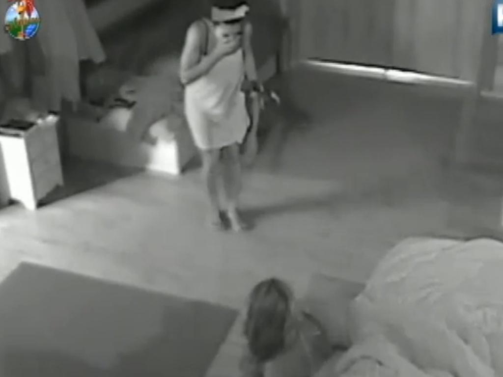 Simone Sampaio se assusta com brincadeira de Viviane Araújo após festa (4/8/12)