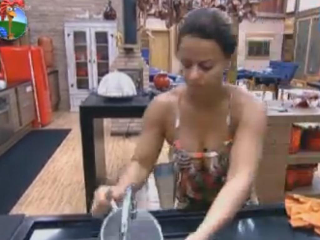 Viviane Araújo lava louça de manhã (4/8/12)
