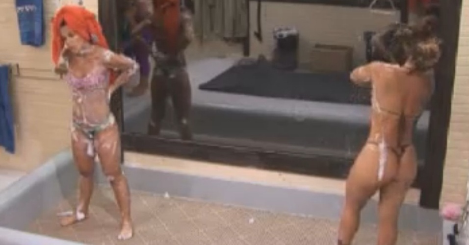 Robertha Portella e Viviane Araújo tomam banho juntas na sede (6/8/12)
