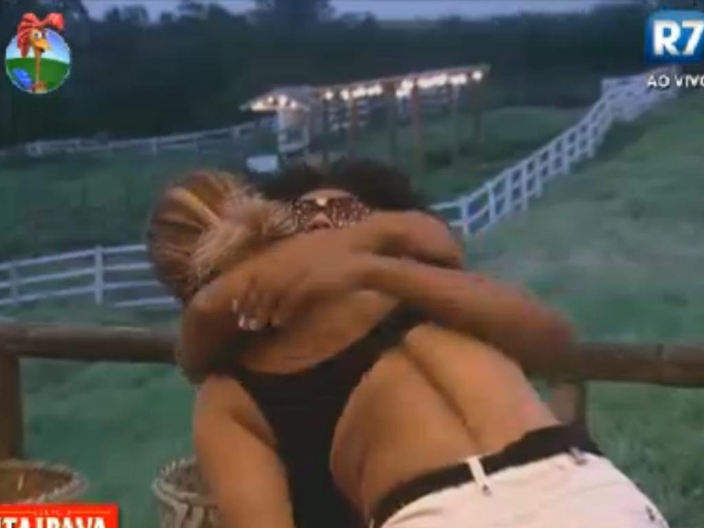 Viviane Araújo visita o celeiro e dá abraço em Simone Sampaio (6/8/12)