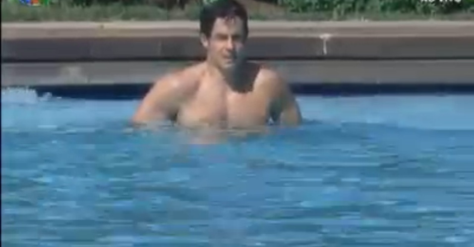 Felipe Folgosi aproveita manh tranquila para dar um mergulho na piscina (7/8/12)