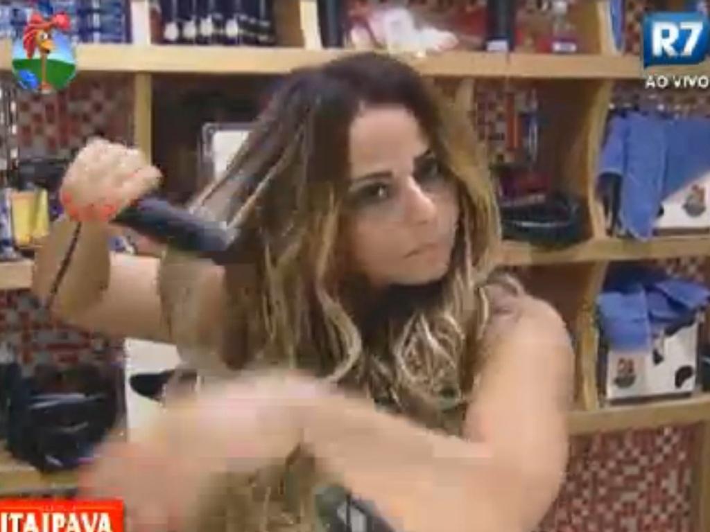 Viviane Araújo retocou a tinta dos cabelos, fez as sobrancelhas e também as unhas (8/8/12)