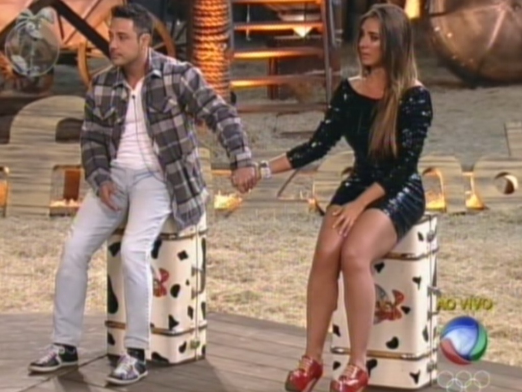 De mos dadas, Vav e Nicole Bahls aguardam o resutlado na roa (9/8/12)