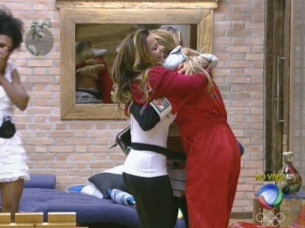 Léo Áquilla recebe abraços de Viviane e Roberhta depois de vencer prova do fazendeiro (8/8/12)