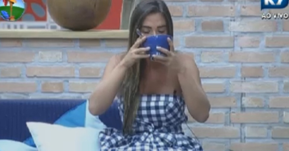 Nicole Bahls toma caf da manh antes do incio das atividades na manh desta quinta-feira em 