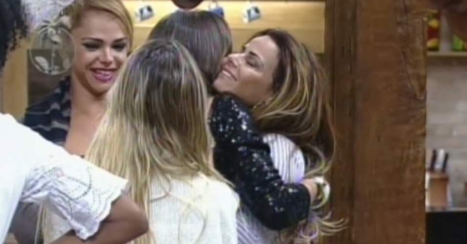Nicole Bahls  abraada por Viviane Arajo depois da roa contra Vav (10/8/12)