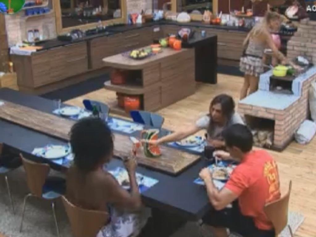Simone Sampaio, Nicole Bahls e Felipe Folgosi almoçam na sede (10/8/12)
