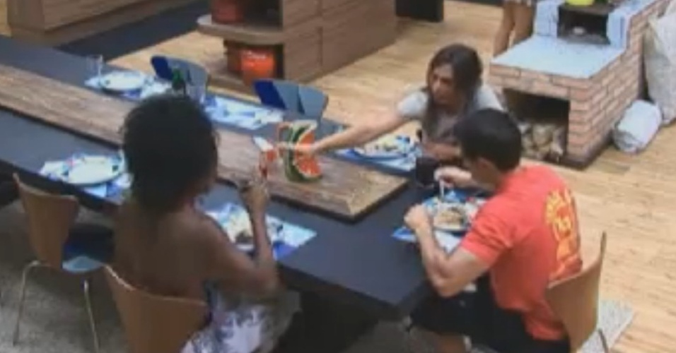 Simone Sampaio, Nicole Bahls e Felipe Folgosi almoam na sede (10/8/12)
