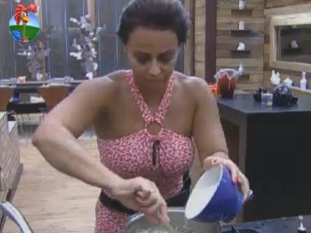 Viviane Araújo prepara o almoço dos peões (10/8/12)