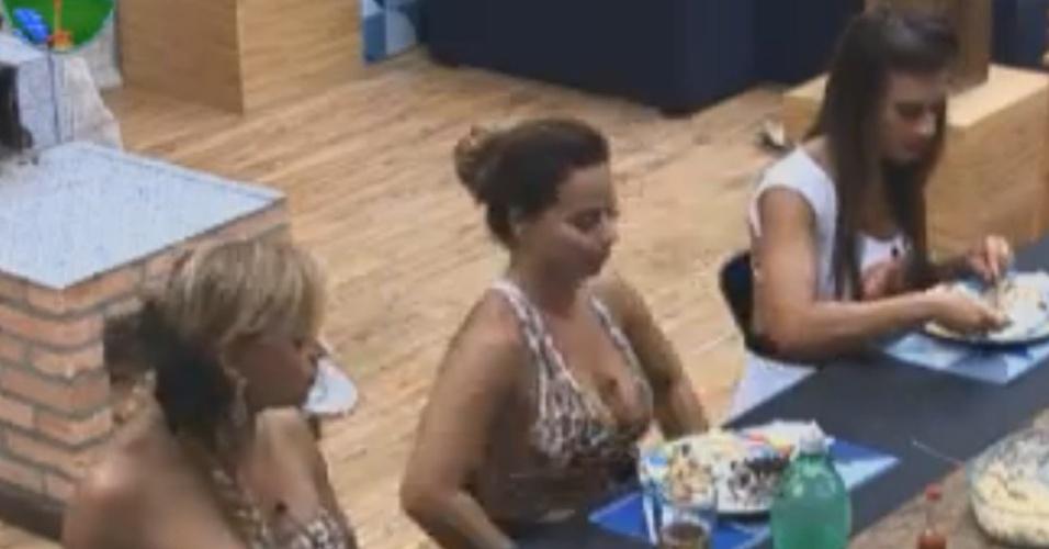 Viviane Araújo e Nicole Bahls almoçam juntas na sede (11/8/12)