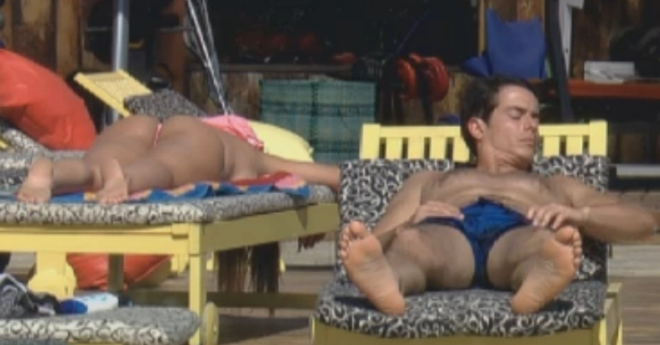 Nicole Bahls e Felipe Folgosi retocam o bronzeado em tarde ensolarada (12/8/12)