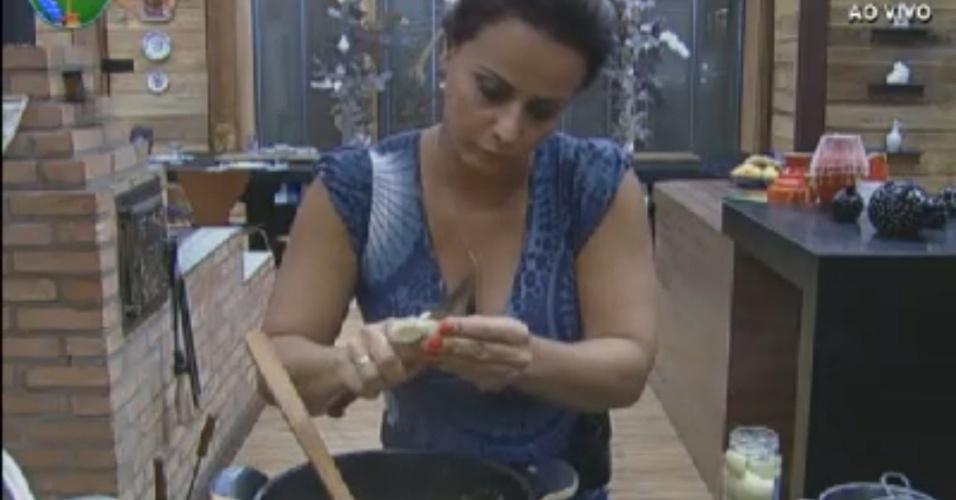 Viviane Araújo cozinha para os peões na sede (12/8/12)
