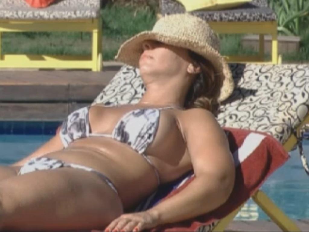 Viviane Araújo retoca o bronzeado na beira da piscina (12/8/12)