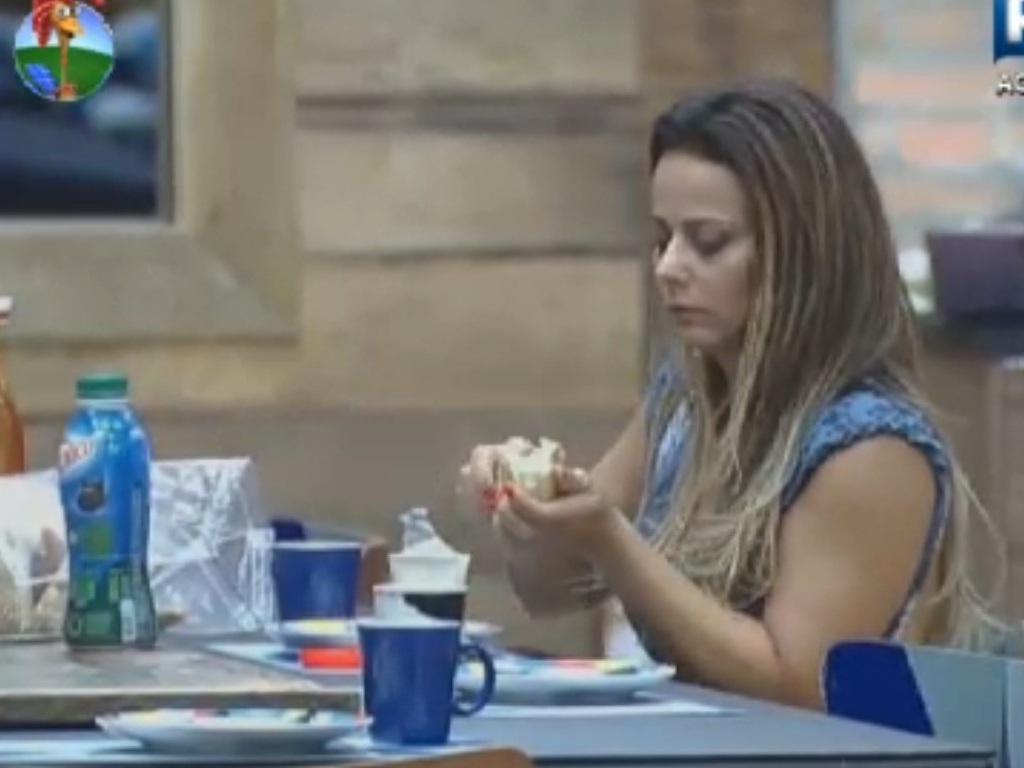 Viviane Araújo toma café da manhã antes de cumprir tarefas na manhã deste domingo (11)