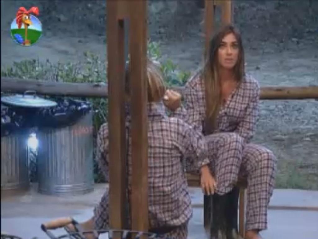 Nicole Bahls conversa com Robertha Portella sobre possível nova traição do namorado (13/8/12)