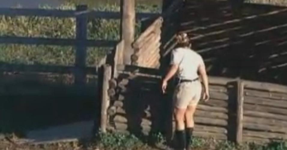 Viviane Araújo manda beijo para porcos enquanto se prepara para cuidar das cabras (13/8/12)