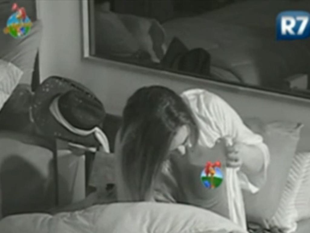 Nicole Bahls deixa seio à mostra ao vestir pijama para ir dormir (25/6/12)