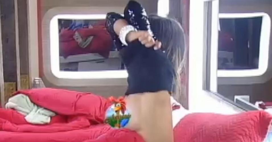 Nicole Bahls esquece as câmeras e mostra demais ao trocar de roupa (11/8/12)