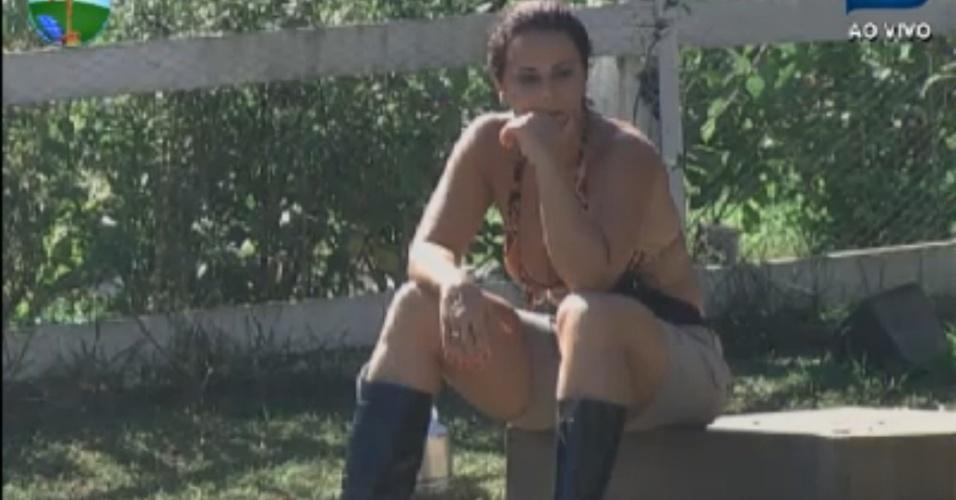 Viviane Araújo descansa depois de recolher as cabras na manhã desta terça-feira (14/8/12)