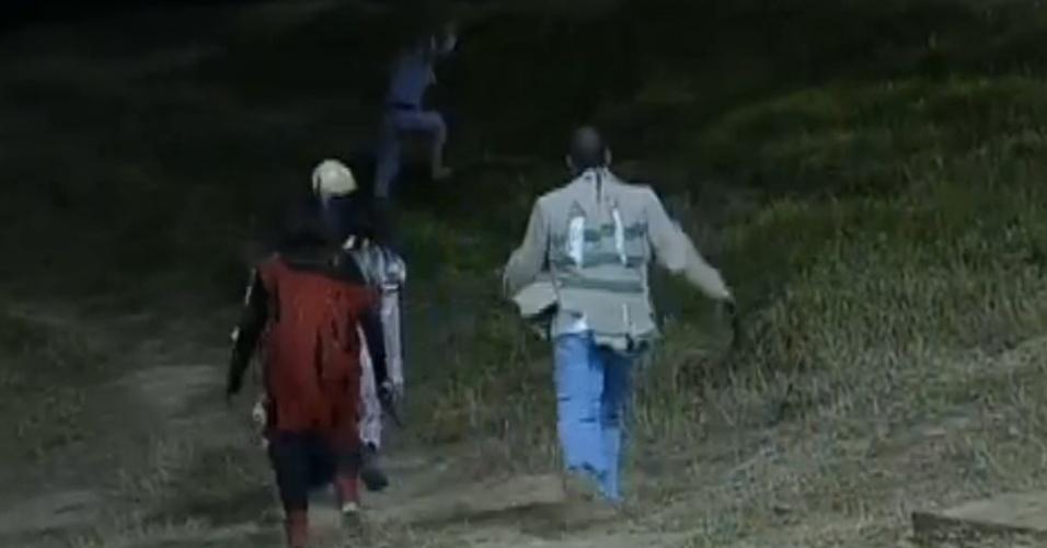 Monstros perseguem Robertha Portella no pasto (13/8/12)